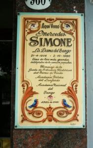 placa frente a casa de MERCEDES SIMONE (Av Boedo 960)