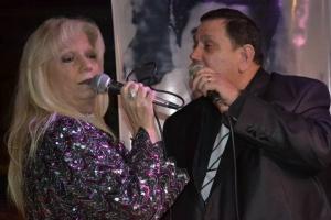 Carlos Noguel cantando junto a la Madrina, Cristina Conde