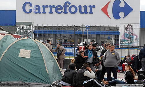 Acampe frente al Carrefour de avenida La Plata para que bajen los precios