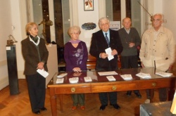Autoridades de la Junta , la Cofradía y de las Damas junta a la artista invitada María Laura Vila