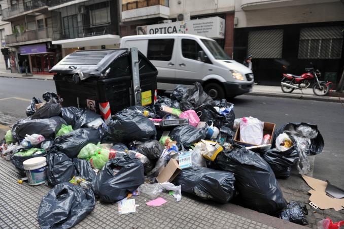 Autos mal estacionados impiden la recolección de residuos