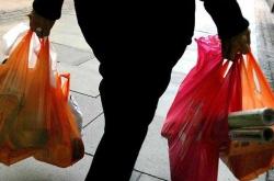 AR41. LONDRES (REINO UNIDO). 27/11/2007.- Una mujer lleva la compra en bolsas plásticas gratuitas entregadas en un supermercado de Londres, Reino Unido, hoy martes 27 de noviembre. Los ayuntamientos de Londres han solicitado que las bolsas plásticas sean prohibidas y que los comercios vendan bolsas reutilizables que ayuden a la conservación del ambiente. Un estimado de 13 billones de bolsas plásticas son entregadas anualmente a los compradores del Reino Unido, y unos 4 billones terminan en los vertederos. Los ayuntamientos londinenses aprobaron unos fondos privados para alentar las alternativas a las bolsas plásticas que se presenten, después de unas consultas en las que un 90 por ciento de las personas llamaron a la acción y un 90 por ciento pidieron una prohibición total. EFE/Andy Rain
