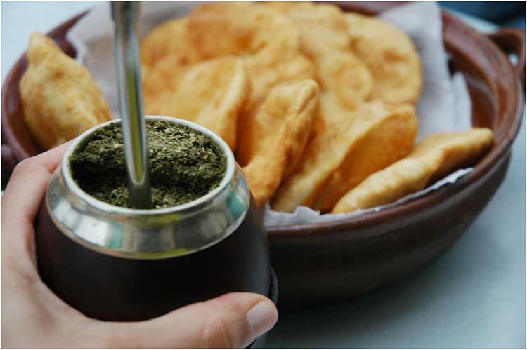 Mate dulce y galletitas, la tradición argentina que gana