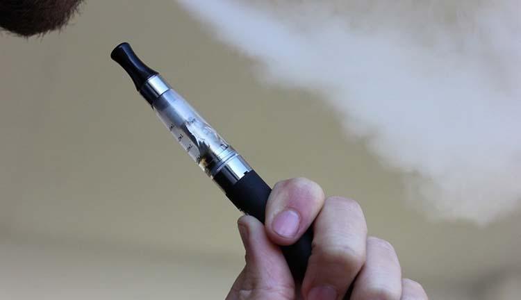 Polémica por el uso de cigarrillos electrónicos en los millennials