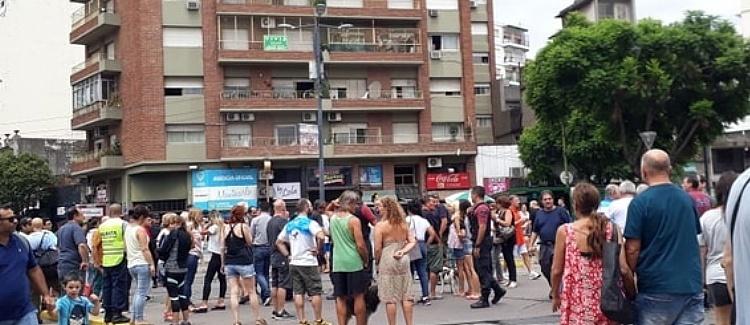 Villa del Parque: Protesta de vecinos sin luz, corta las vías del tren San Martín