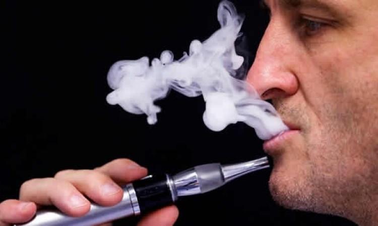 """Advierten que fumar o """"vapear"""" aumenta el riesgo de padecer neumonía por coronavirus"""