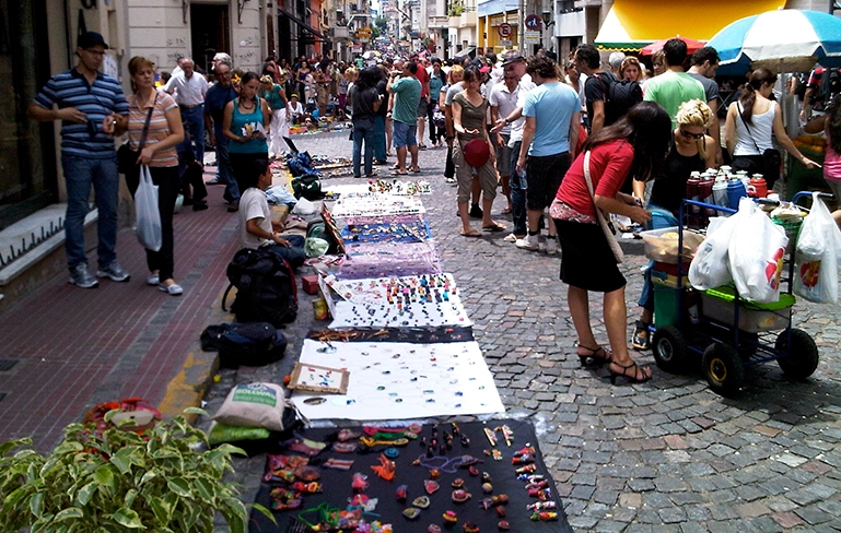 Artesanos y manualistas de la calle Perú, recibirán un subsidio