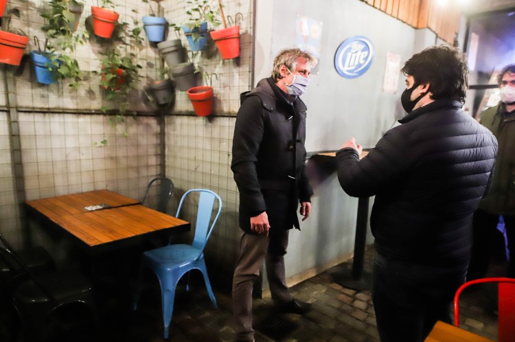 """""""Se recuperan empleos"""" con la apertura de bares, dijo Felipe Miguel"""