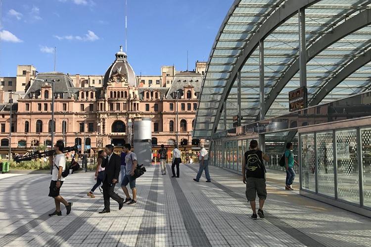 En Plaza Constitución, reforman las ubicaciones de las paradas de colectivos