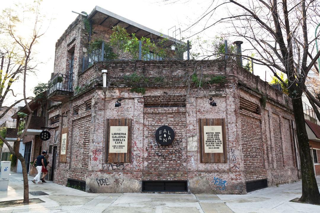 En el barrio de Chacarita una librería secreta que por fuera es una casa destruida y adentro un paraíso para tomar café